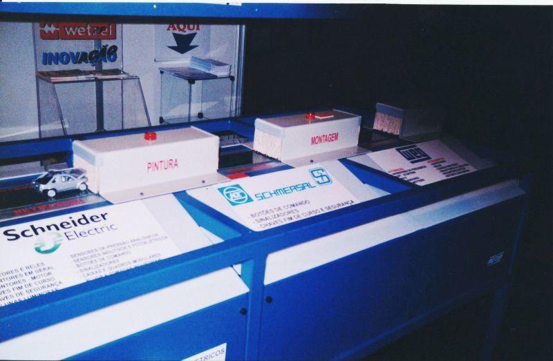 Máquina desenvolvida pela Engerey ilustra processo de automação em linhas de montagem automobilística - ELETRON 2001