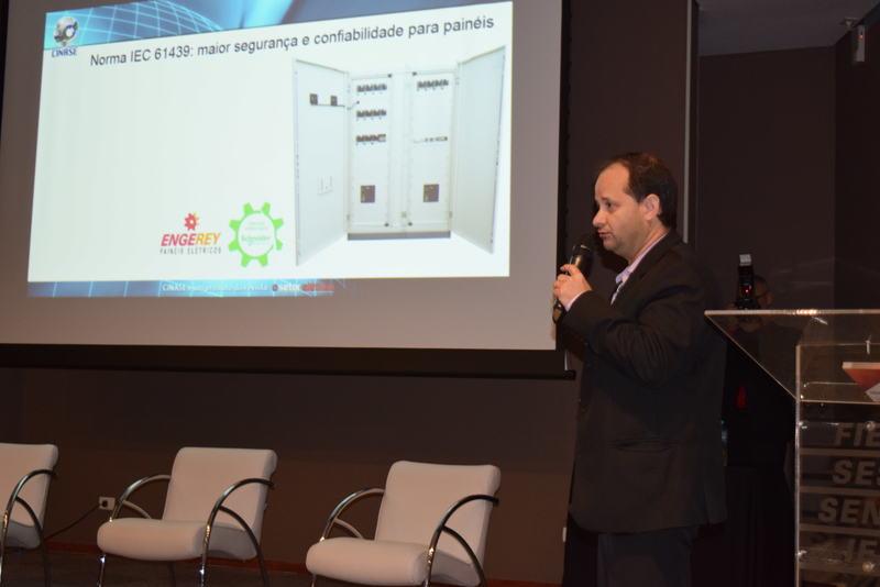 """O Engenheiro Eletricista Fábio Amaral, diretor da Engerey, ministrou uma palestra no evento com o tema: """"Painéis de Baixa Tensão segundo aplicação da norma IEC 61439""""."""