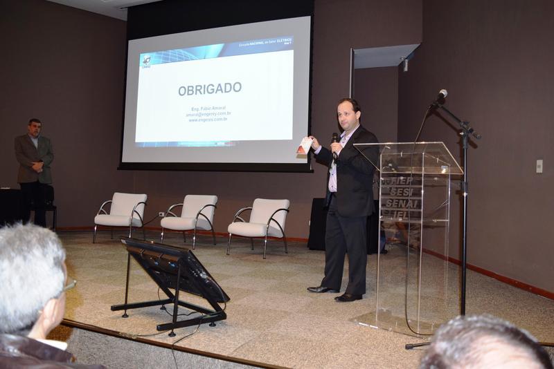 Fábio Amaral apresenta em palestra as funcionalidades do Guia Be-a-Bá da Elétrica, que foi distribuído aos participantes do Cinase.