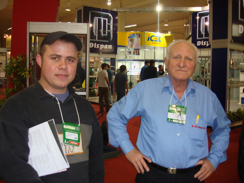Visitante ao lado do Sr. Gabardo, fundador da Reymaster Materiais Elétricos