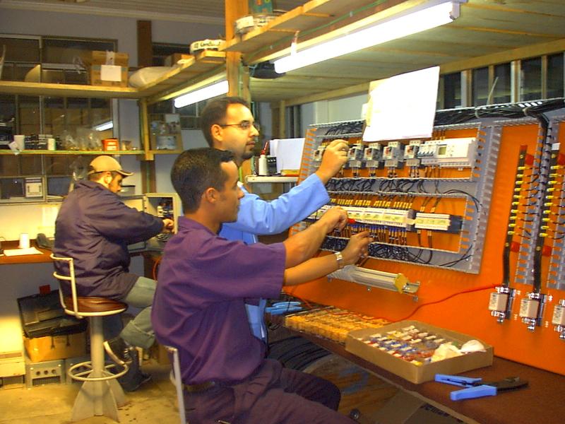 Setor de montagem de painéis elétricos inicia com apenas três funcionários