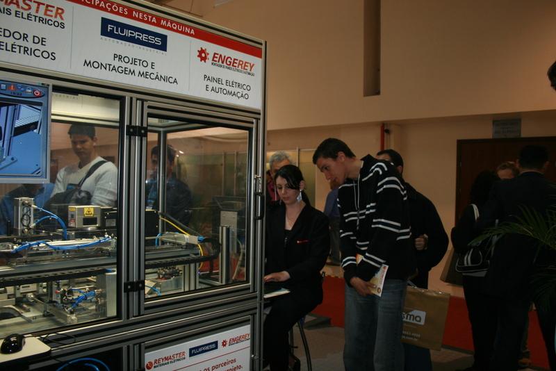 ELETRON 2009: Máquina que imprime nome em placas de metal faz sucesso em feira