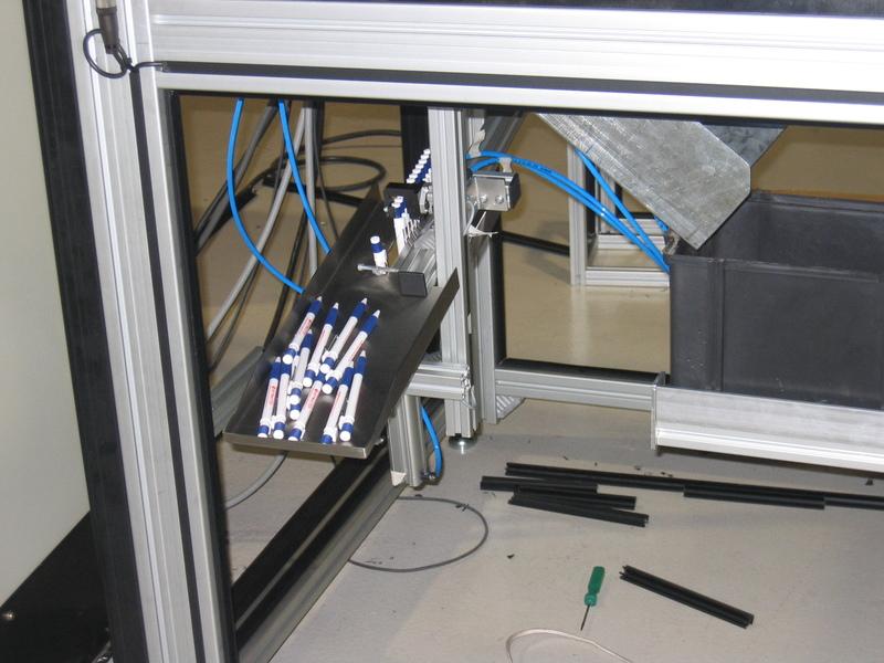 Canetas saem da máquina desenvolvida pela Engerey na ELETRON 2005