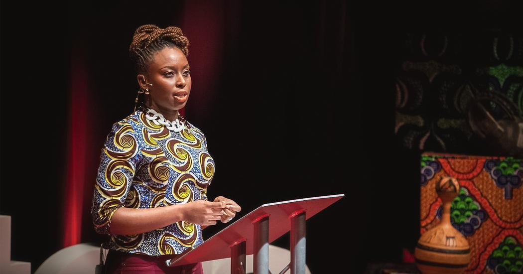 Foto da autora, Chimamanda, discursando em um TED TALK