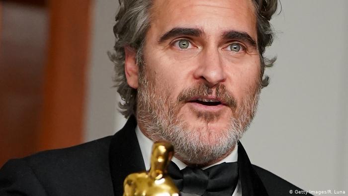 Após 4 indicações, Joaquin Phoenix ganhou seu primeiro Oscar por interpretar Arthur Flack em Coringa (2019).