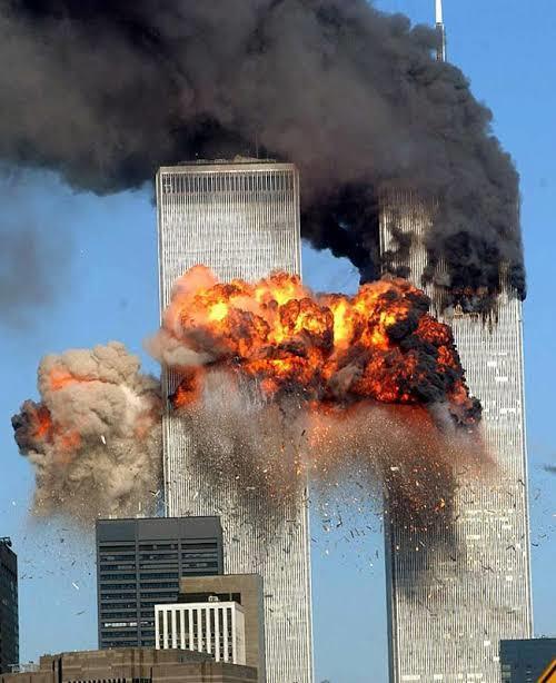 Explosão da torre sul do World Trade Center após a colisão do segundo avião sequestrado.
