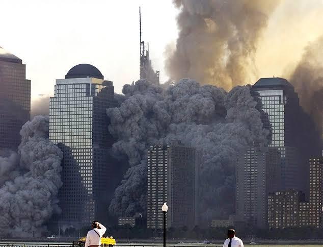 Escombros e fumaça do que restou das torres gêmeas do World Trade Center, após elas desabarem