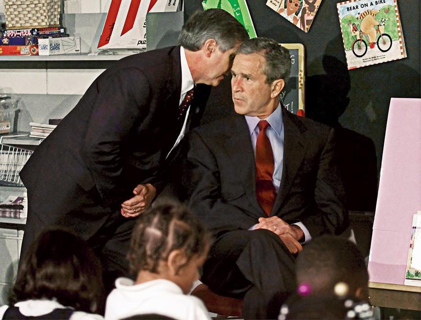 Então presidente americano, George W. Bush, tendo conhecimento dos ataques em Nova York no dia 11 de setembro.