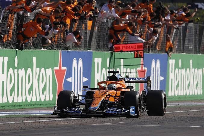 Daniel Ricciardo cruzando a linha de chegada em Monza, no GP da Itália.