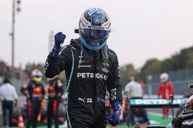 Valtteri Bottas celebrando a pole position pela vitória na Sprint Race.