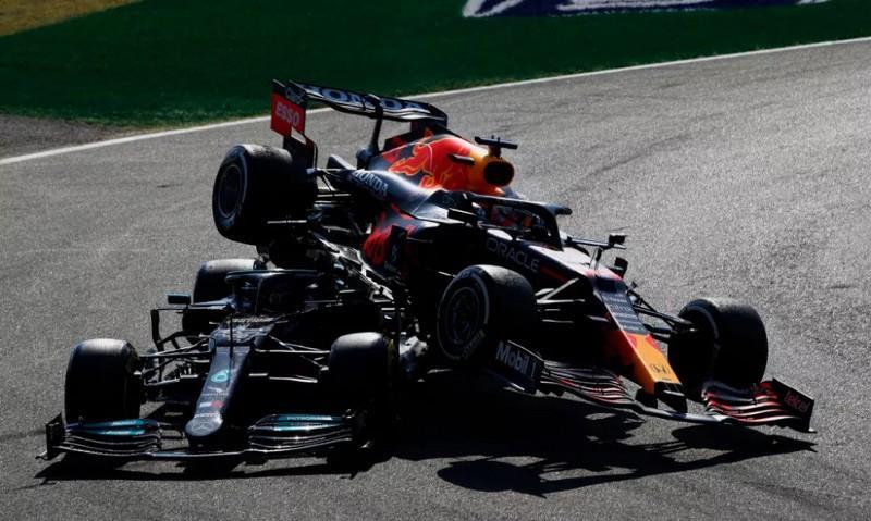 O acidente entre Hamilton e Verstappen em Monza, no GP da Itália.