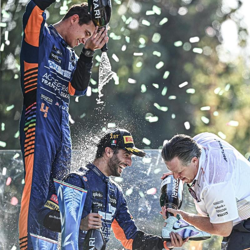 Daniel Ricciardo, Lando Norris e Zak Brown celebrado o pódio em Monza, no GP da Itália.