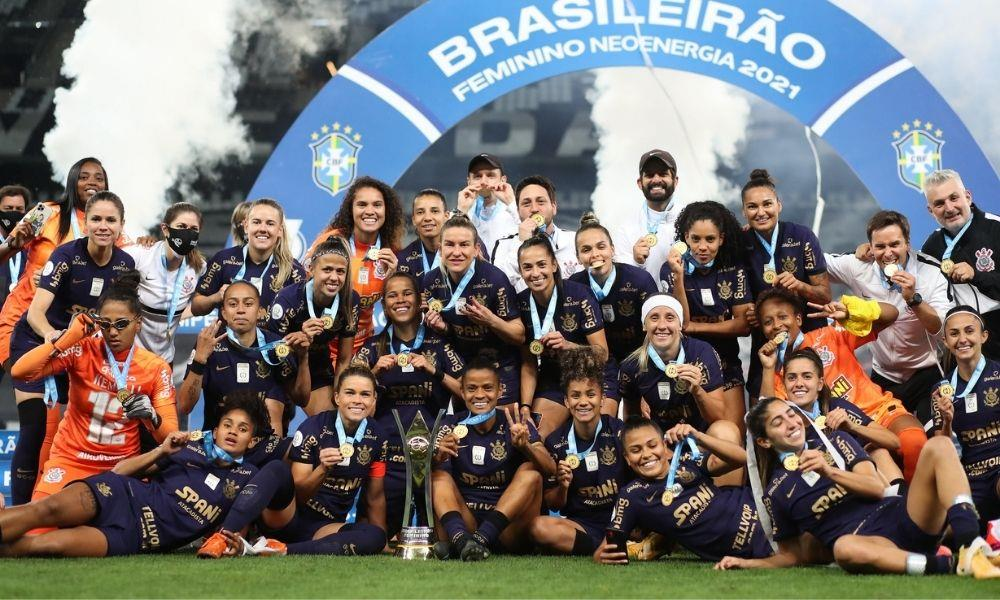 Elenco de futebol feminino do Corinthians, que conquistou no último dia 26 o terceiro Campeonato Brasileiro para o clube.