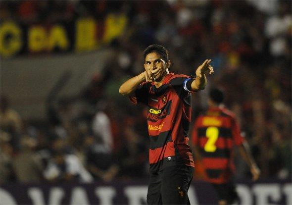 Durval fez seu primeiro gol de falta da carreira contra o Internacional.