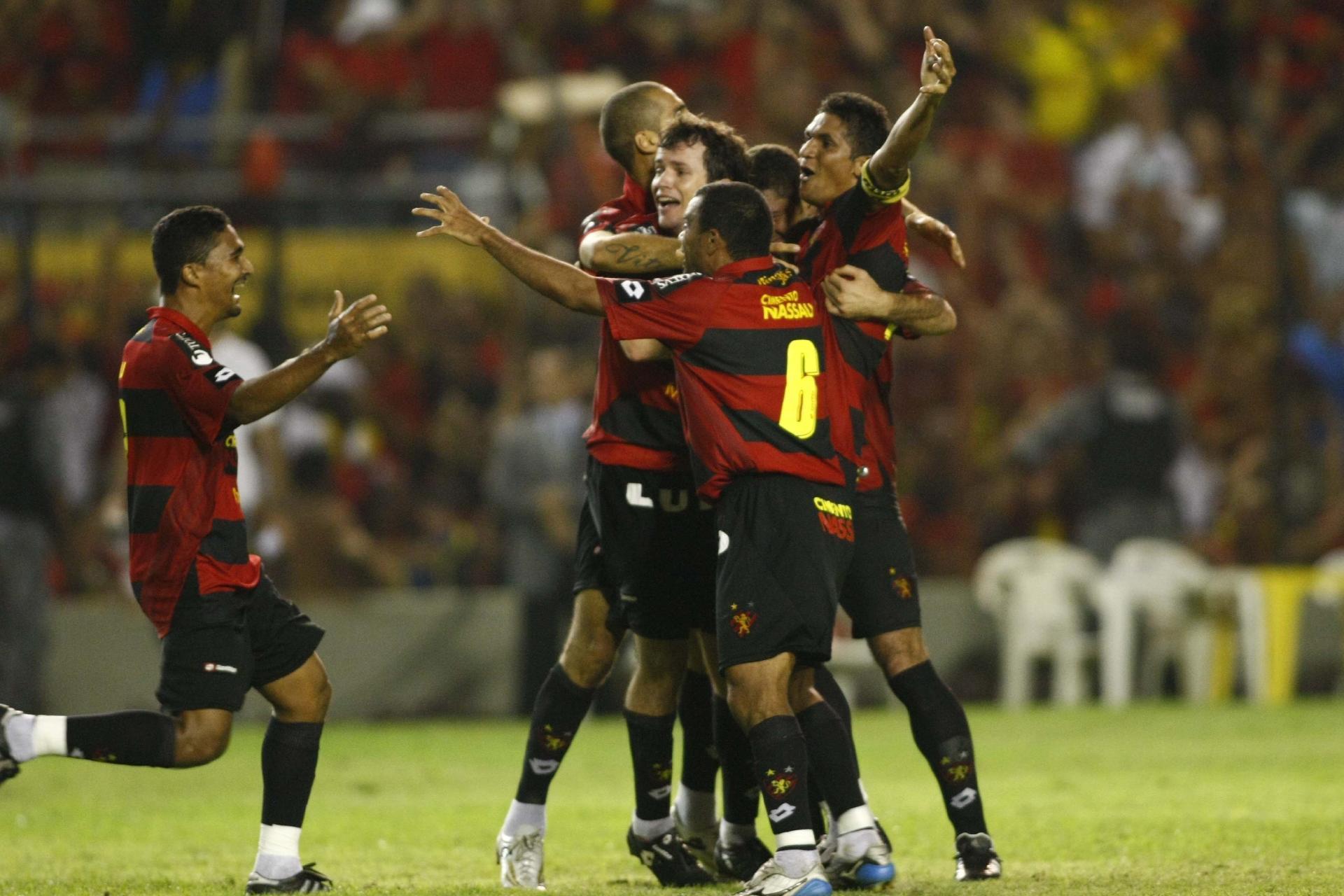 Daniel Paulista comemora gol contra o Vasco com seus companheiros.