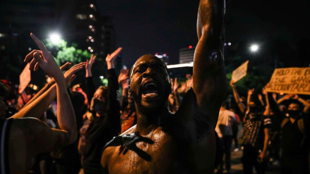 Manifestantes protestam contra o racismo e o assassinato de George Floyd, em Austin, no Texas, na noite de domingo (31).