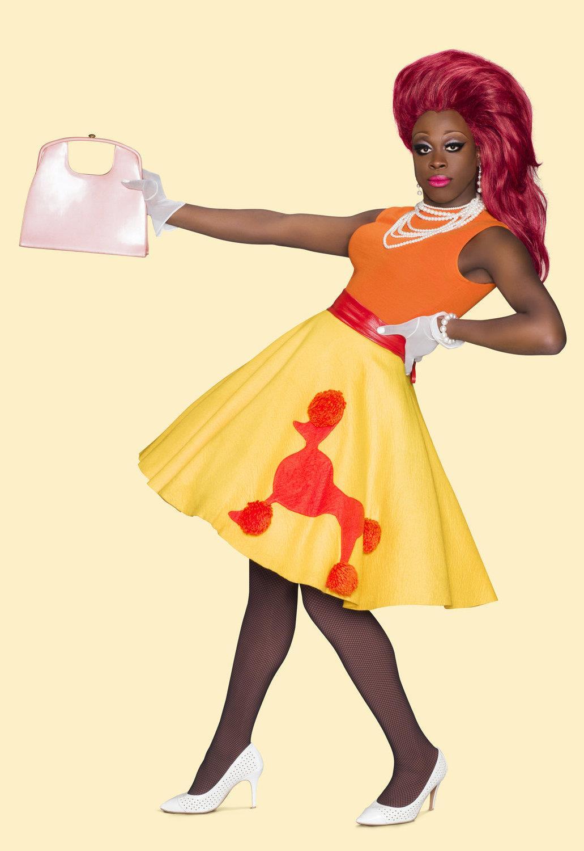 Foto da drag queen Bob the drag queen posando para a foto com uma bolsa apontada para frente