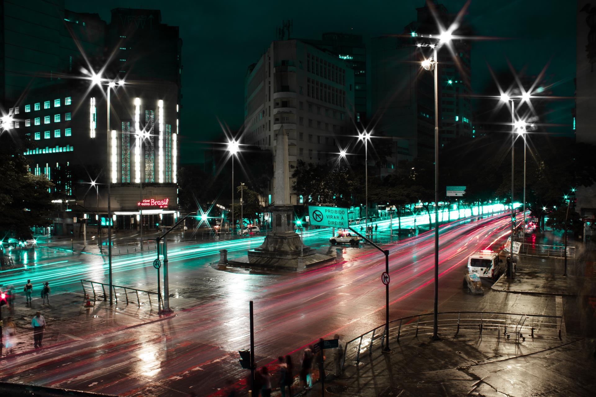 A imagem mostra uma avenida movimentada de Belo Horizonte.