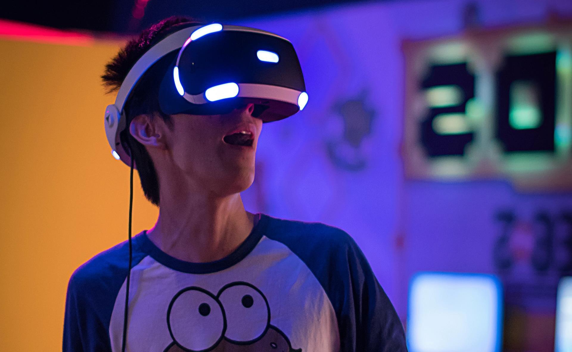(Pessoa imersa na realidade virtual. | Foto:Reprodução)