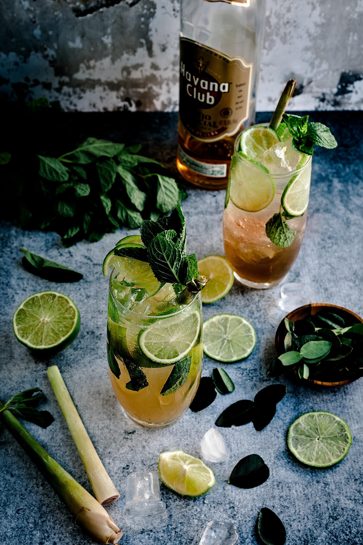 Fotografia que mostra copos de minutos, bebida típica cubana.