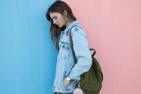 Chica con chaqueta de jeans