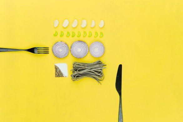 comida en fondo amarillo
