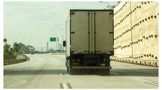 Reajuste divide caminhoneiros e parte da categoria ameaça greve