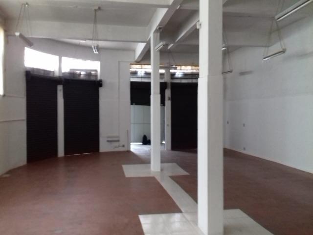 SALÃO TÉRREO COMERCIAL PARA LOCAÇÃO JUNDIAÍ, VL RIO BRANCO, 280m² (ANTIGA CASA DO CONFEITEIRO). 5 portas de aço, 1 Sala ampla, 2 banheiros, 3 vagas de