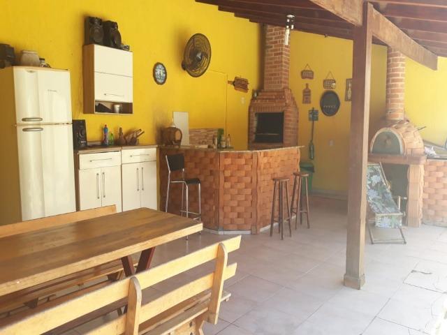Casa estilo chácara no bairro Jardim Corrupira, 3 dorms sendo 1 suíte. Área externa c/ churrasqueira coberta, forno para pizza e piscina.