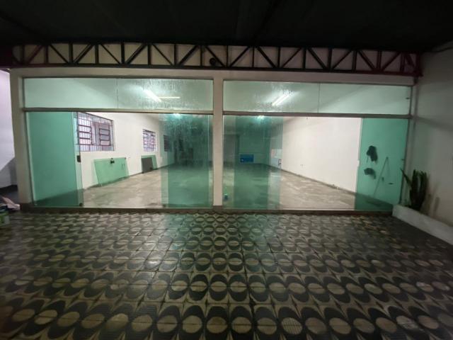Salão TÉRREO comercial para VENDA ou LOCAÇÃO no bairro Vila Santana 200m², com 2 banheiros, quintal. 3 vagas de garagem!