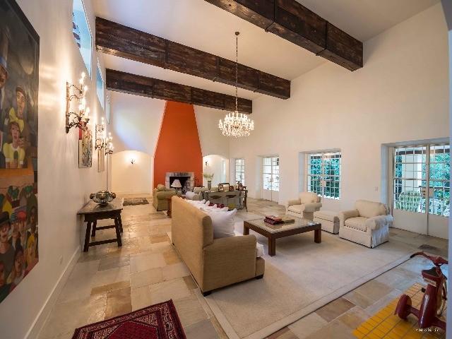Com 54.000 m2 de area total e  mais de 1.000 m2 de area util. a Casa Sede possui paredes externas duplas. pe direito alto e construcao solida. das fundacoes ao telhado. Uma casa agradavel que prioriza a luz. a circulacao de ar e o conforto dos seus espacos.Essas caracteristicas foram ainda mais valorizadas com a conclusao recente  de reforma que abrangeu toda a propriedade.  durante 18 meses de intenso trabalho.<br><br>5 suites (2 c/ lareira e 1 com jardim)<br>Suite Master com Jacuzzi. Lareira. Hall Privativo e Closet<br>Sala de Visitas/Estar (c/ lareira e pe direito duplo)<br>Escritorio (c/ lareira)<br>Sala de Jantar<br>Ampla Varanda<br>Sala de Cafe da Manha<br>Cozinha Toscana Moderna<br>2 Lavabos (Salao Inferior e Salao Superior)<br>Elevador ligando os dois andares<br>Family Room com Lareira e Home Theater<br>Academia<br>Salao de Jogos<br>Adega com Sala de Degustacao<br> <br> A Villa Toscana foi modernizada. mantendo a sua concepcao e caracter original. Ela permanece uma bela obra de engenharia e arquitetura. agora com mais requinte. conforto e seguranca.<br>LAZER<br>Quadra Poli-Esportiva (tenis. basquete e futebol de salao);<br>Vias Internas asfaltadas. com aproximadamente 800 metros de extensao. com postes baixos de iluminacao interligados atraves da rede subterranea de cabos eletricos (tambem utilizada para as ligacoes de cabos de dados e voz).<br>Trilhas com 740 metros de comprimento e aprox 1.80 metros de largura. em terreno estabilizado. com drenagem e revestimento de pedrinhas (bica corrida). cortando sinuosamente reserva florestal com mais de 20 mil metros quadrados.<br>Fauna e Flora Nativas (Micos. Macacos Bugio. Tucanos. Esquilos. Coelhos. etc.).<br>AGENDE UMA VISITA....Teremos prazer em levar voce e sua familia conhecer este paraiso..
