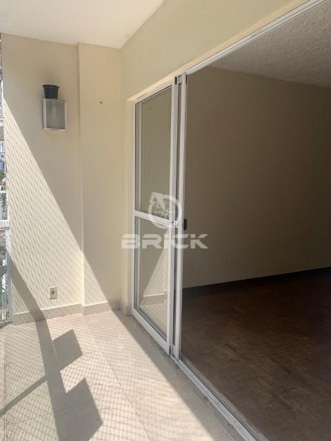 Apartamento com 2 quartos + dependência na Reta.