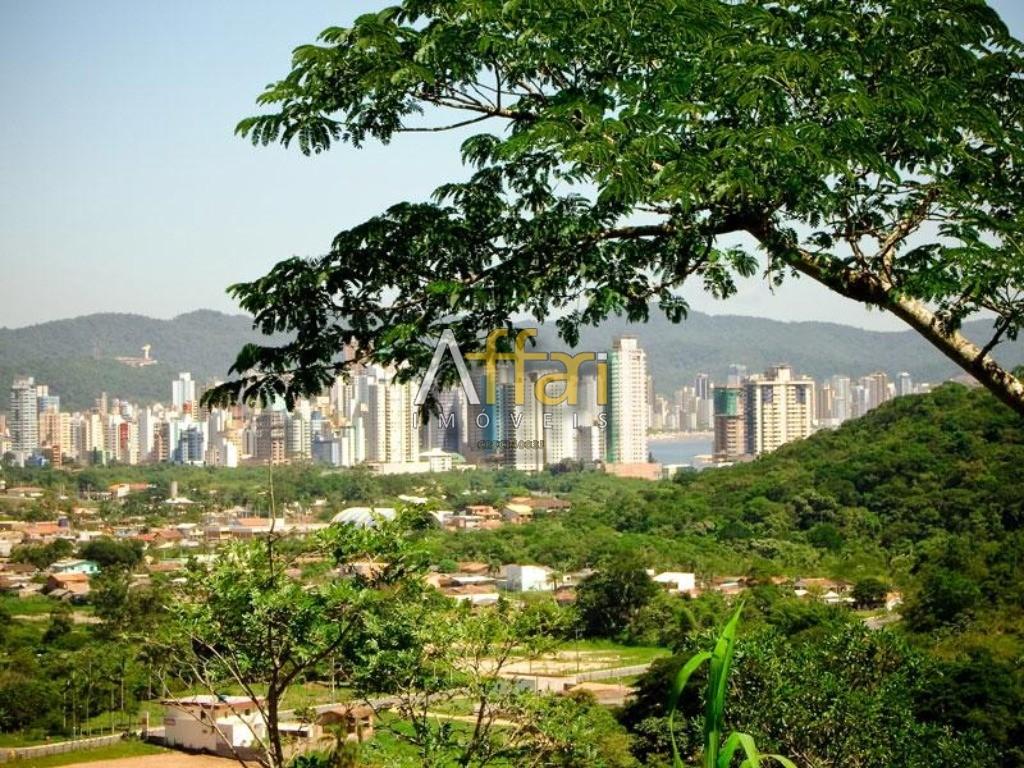 Terreno localizado na Barra Norte, com viabilidade para grandes construções. Tem algumas casas construídas no terreno.