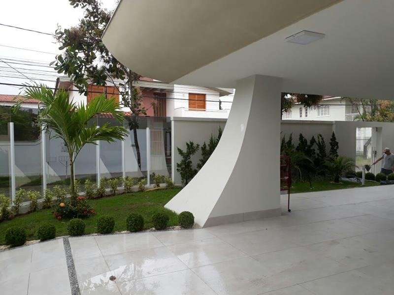 Mata da Praia, Casa duplex com 469 m², de esquina, com jardim e excelente acabamento e lazer   Muro em vidro, fachada em vidro blindex 8 mm, imenso ja
