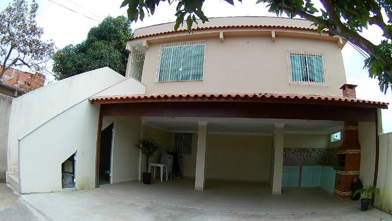 Casa com 2 quartos amplos, sala, cozinha com pia em granito com armários sob e sobre pia, portas em madeira,  wc social