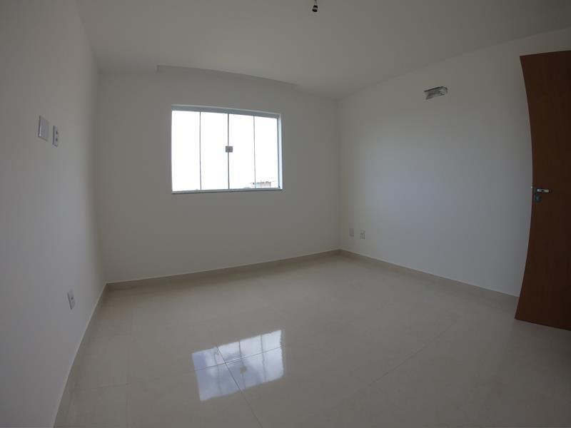 Morada de Laranjeiras, casa duplex com 03 quartos, com excelente localização, 2 vagas de garagens