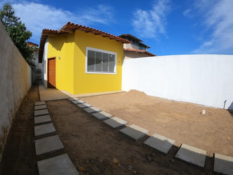 Casa linear com 2 quartos, sala, cozinha, área de serviços, 1 vaga de garagem, telhado colonial,