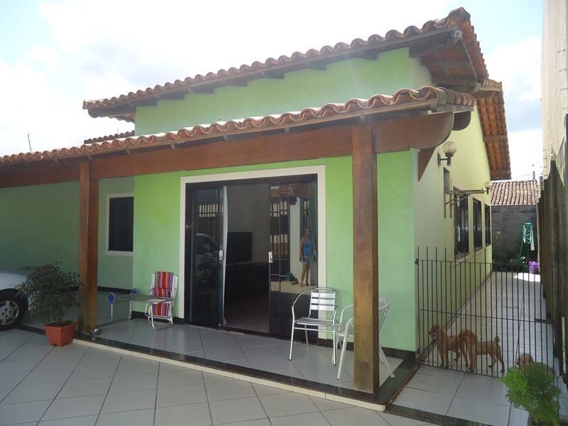 Colina de Laranjeiras, casa linear com excelente acabamento, com 3 quartos, sendo 1 suite, wc social, churrasqueira, área de serviços, quintal de 200
