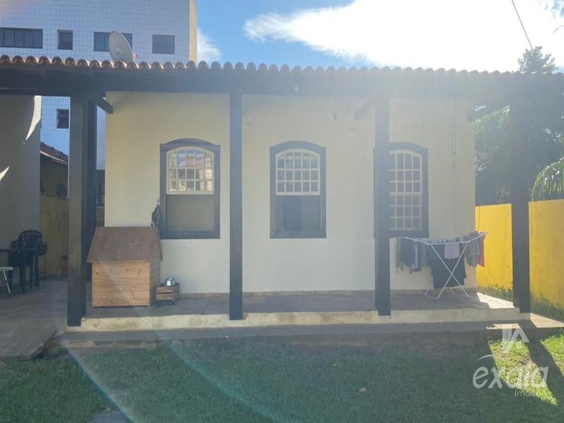 Jacaraipe, casa linear com 3 quartos, sala, cozinha, área de serviços, sol da manhã, com 100 m² de área construída e quintal de 360 m² gramada, com 3