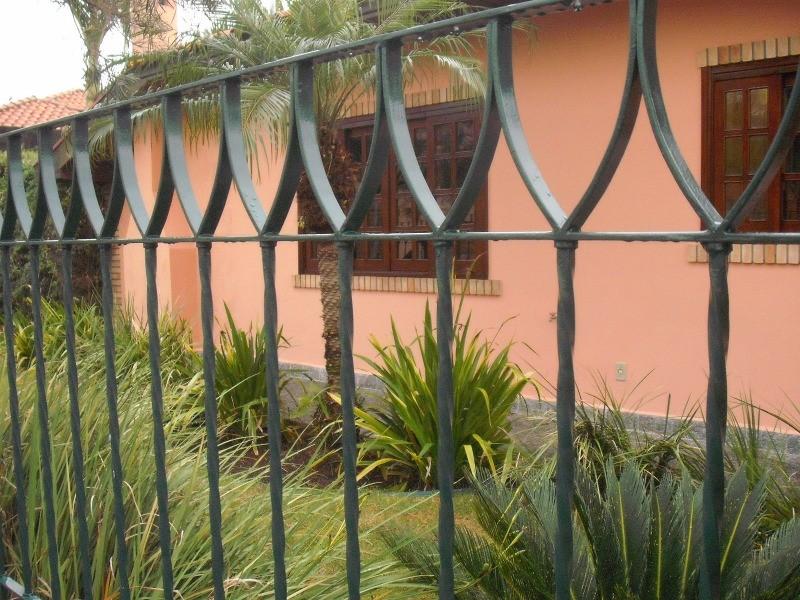 Excelente residencia no coracao do bairro jardim paulista ii. com 3 dormitorios com armario. sendo 1 suite com closet. sala e estar. sala de estar. sala de tv. com lareira. varanda...