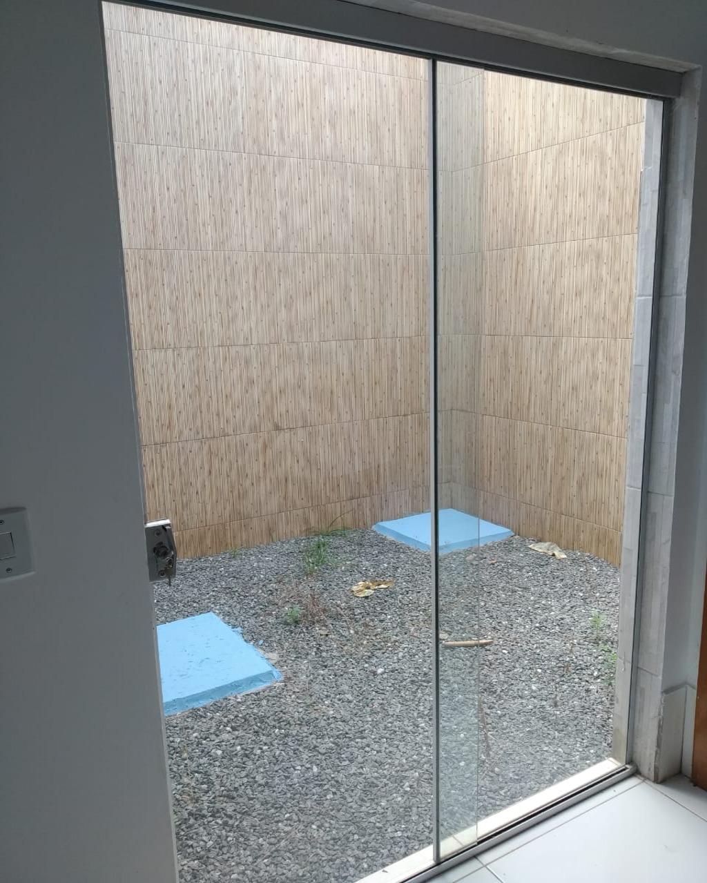 Casa 03 quartos, sendo 01 suite - com ampla area externa - Cerca elétrica - Interfone - Portão elétrico - Jardin externo e de inverno.
