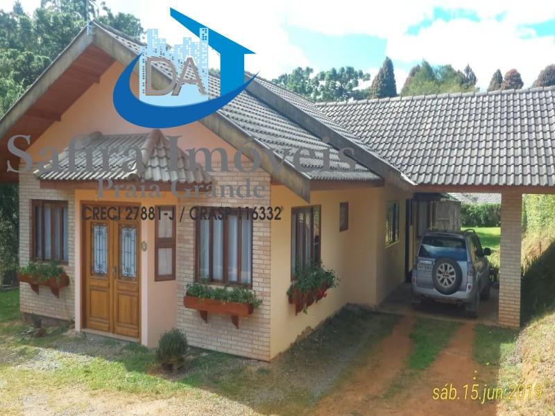 Casa em Campos do Jorão 03 dormitórios com 2 suítes, lareira, amplo terreno, em ótima localização