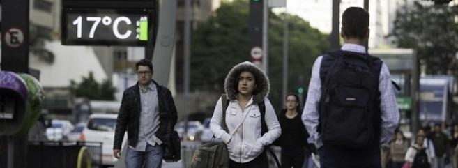 Mais de 30% do preço de edredom, malha e cachecol são impostos