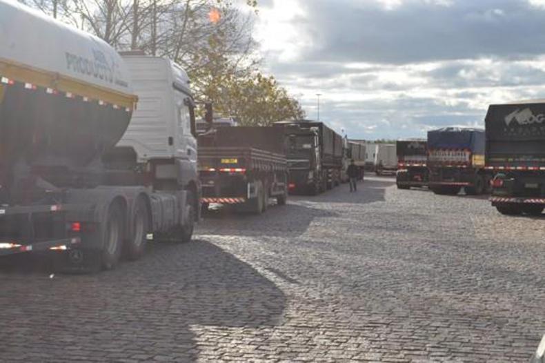 Contra aumento de imposto, caminhoneiros mantêm pontos de protesto