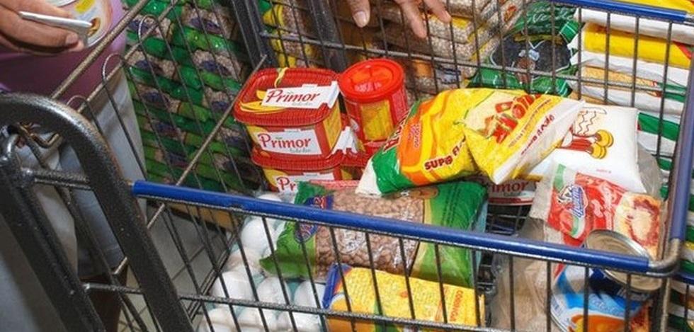 Sem impostos, brasileiro poderia comprar quase 3 cestas básicas a mais