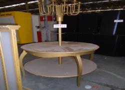 mesa-expositora-redonda-na-cor-dourada