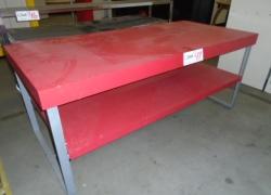mesa-expositora-na-cor-vermelha