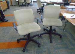 cadeiras-giratorias-na-cor-bege