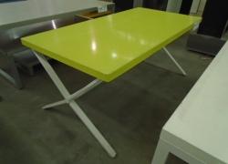mesa-expositora-na-cor-verde