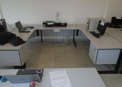 mesas-para-escritorio-em-l-com-gavetas